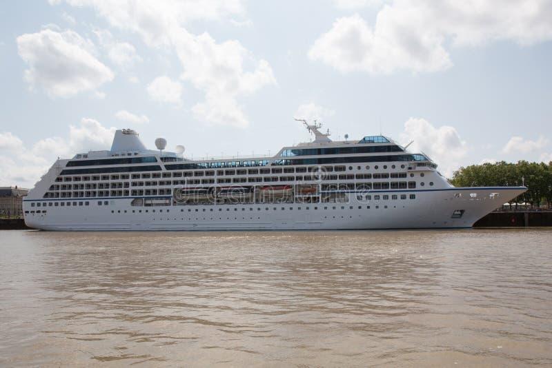 Download 蓝色巡航靠了码头豪华船天空下 库存照片. 图片 包括有 逃走, 巡航, 定位, 节假日, 风景, 蓝色, 游人 - 72353572