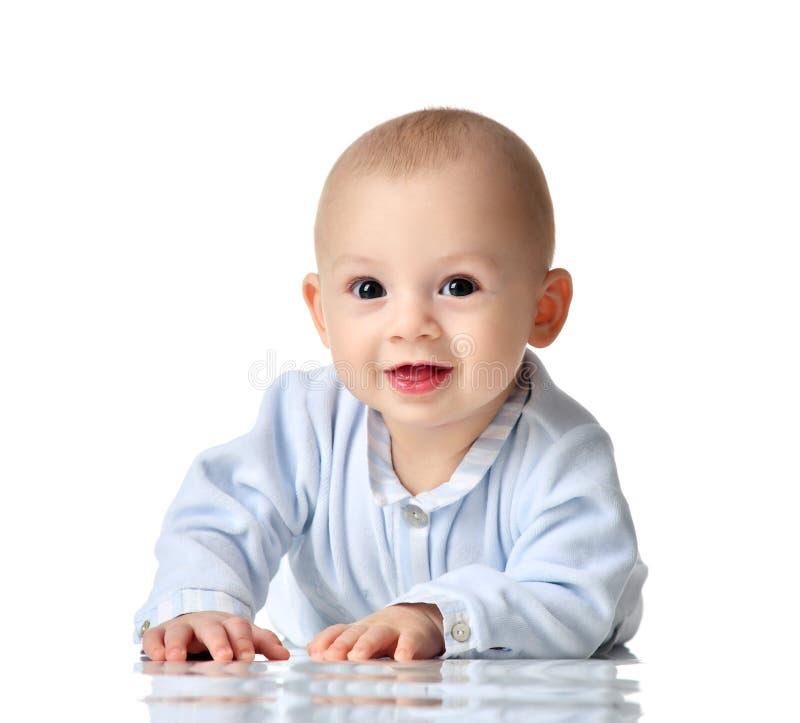 蓝色布料说谎的四个月的婴儿儿童男婴愉快看被隔绝的照相机 免版税图库摄影