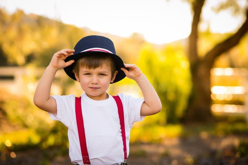 蓝色帽子的男孩 库存图片