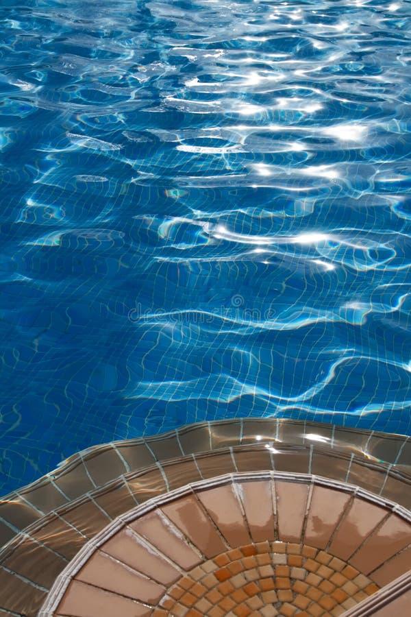 蓝色干净的游泳池边跨步水 免版税库存图片