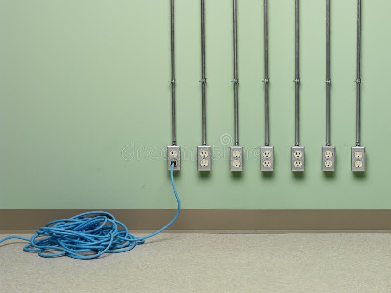 蓝色延长绳路被塞住入七个电力输出之一 库存图片