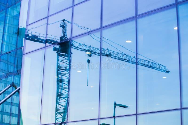 蓝色建筑用起重机天空 库存照片
