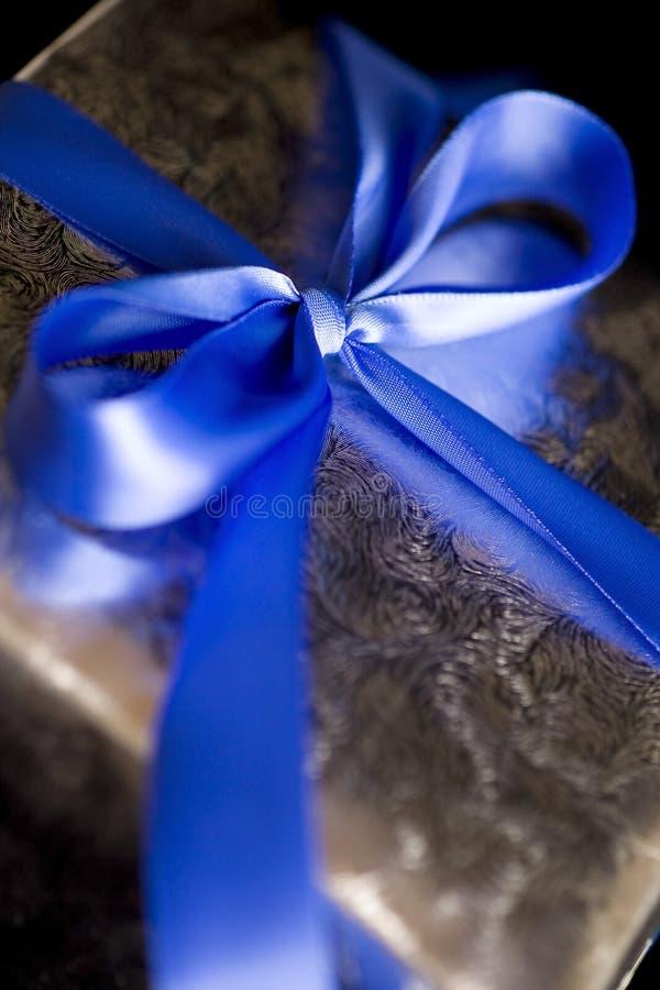 蓝色弓礼品丝带银附加 库存照片