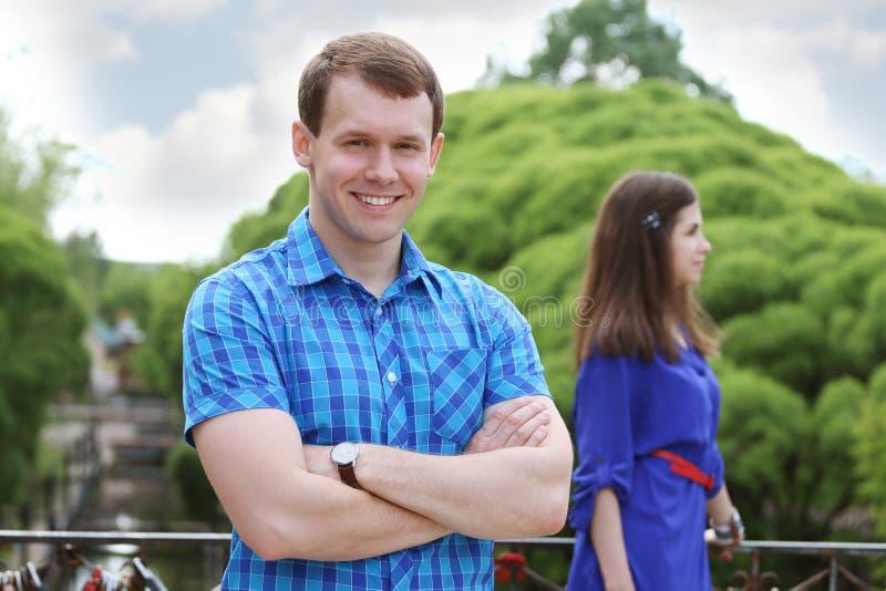 蓝色微笑的愉快的年轻人 免版税库存照片