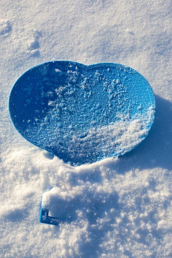 蓝色心脏的图象在雪的 免版税库存图片