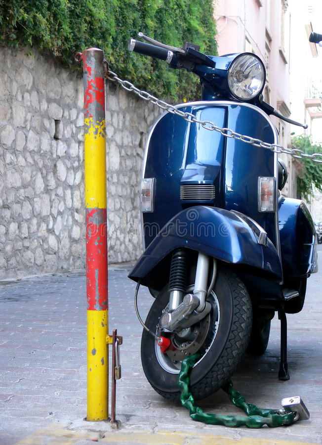 蓝色意大利滑行车 免版税库存图片