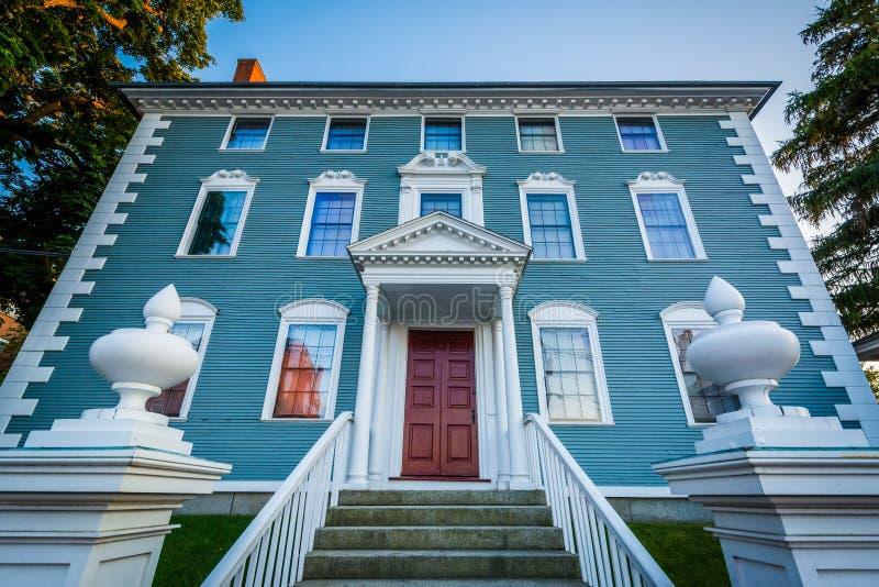 蓝色房子在街市波兹毛斯,新罕布什尔 免版税库存照片