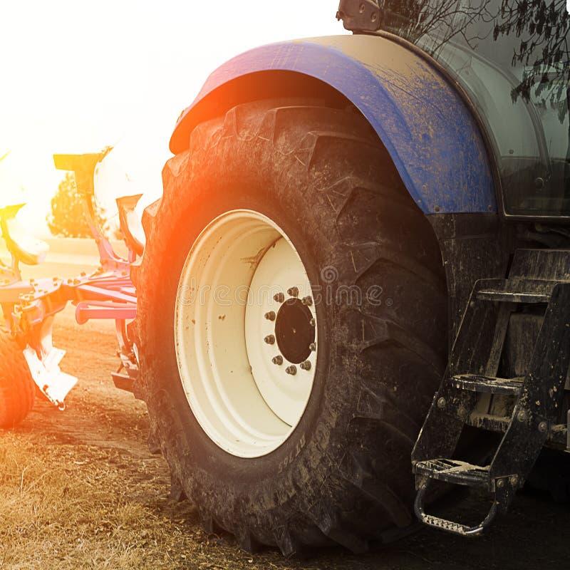 蓝色拖拉机 拖拉机水平的看法在晴天抚养 库存照片