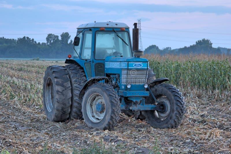 蓝色拖拉机 免版税库存照片