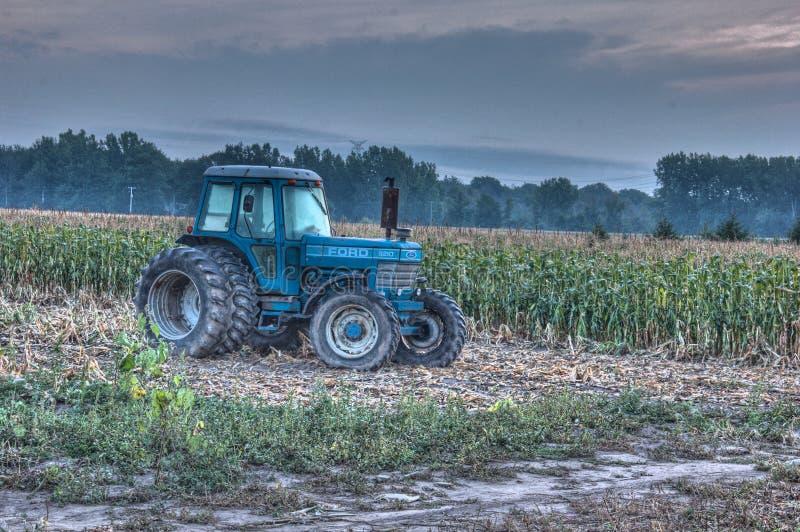 蓝色拖拉机 库存照片
