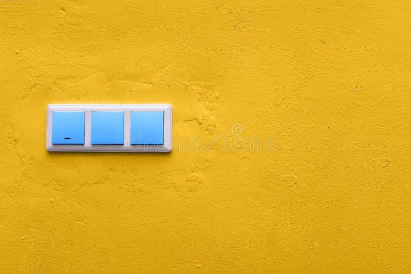 蓝色接通一个黄色混凝土墙 五颜六色的电子开关 ( r 图库摄影