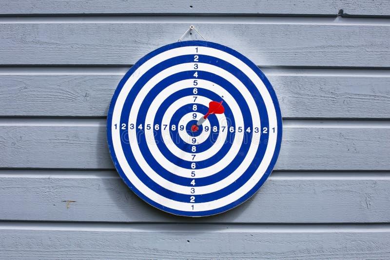 download 蓝色掷镖的圆靶和红色箭 库存图片.
