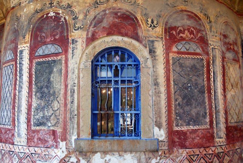 蓝色教会废墟墙壁视窗 免版税库存照片