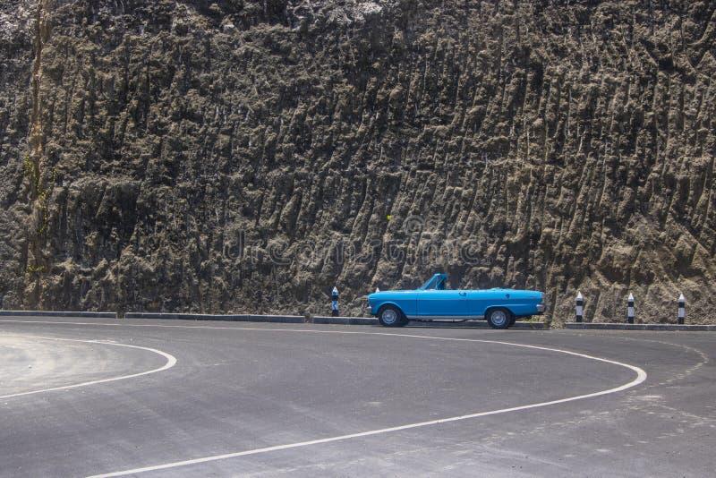 蓝色敞篷车汽车 免版税图库摄影