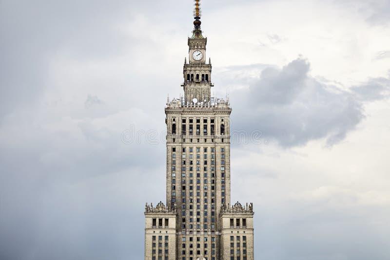 蓝色文化宫殿波兰科学天空夏天华沙 免版税库存照片