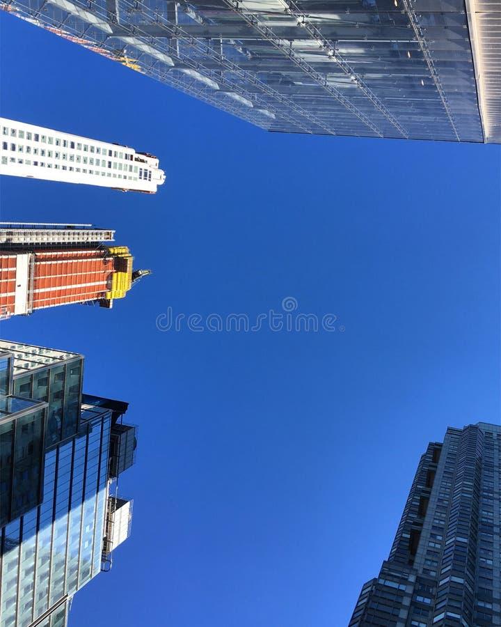蓝色无云的天空摩天大楼建设中 库存图片