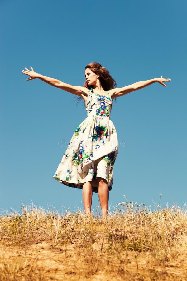 蓝色日小山天空夏天顶层妇女 库存图片
