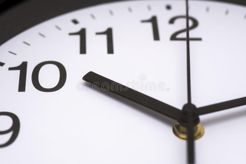 蓝色时钟特写镜头表面口气 黑白时钟关闭 最后期限和时间概念 在时钟的接近的看法 免版税库存图片