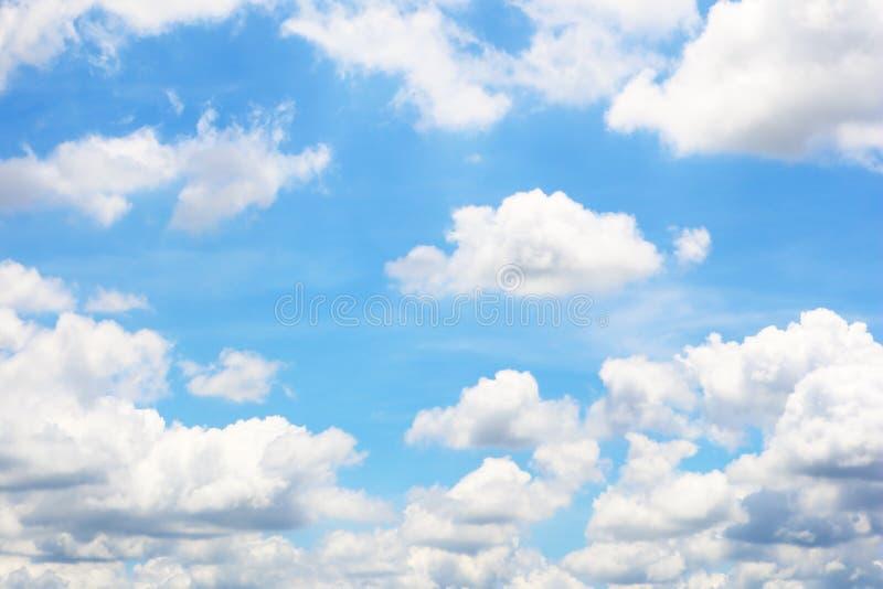 蓝色明亮的云彩天空 免版税图库摄影