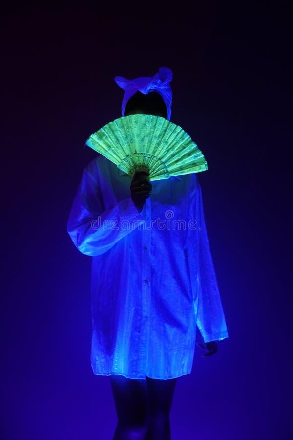 蓝色昏暗的光的妇女 图库摄影