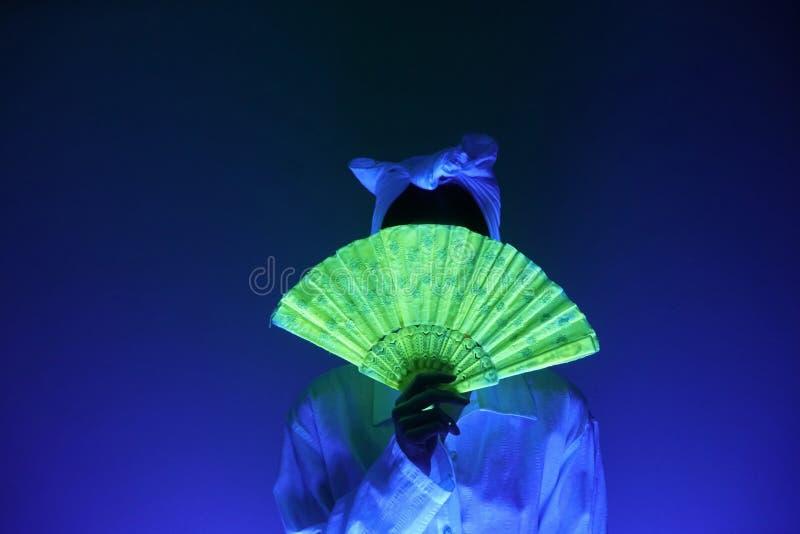 蓝色昏暗的光的妇女 库存图片