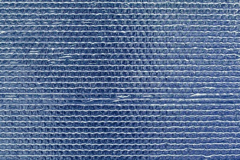 蓝色有肋骨反射性发光的墙壁 发光的凸面箔背景 抽象闪烁样式 反射性表面 精采参差不齐 免版税库存图片