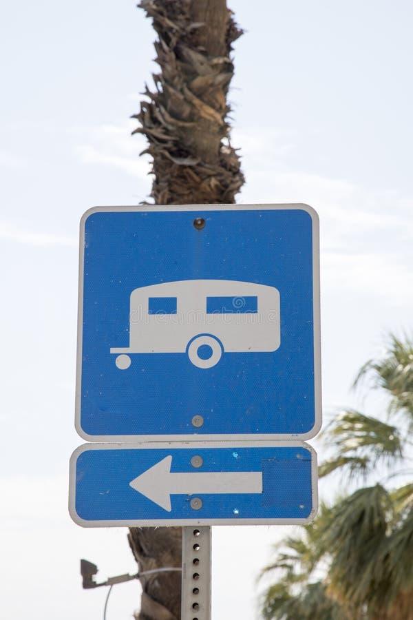 蓝色有蓬卡车标志 库存图片