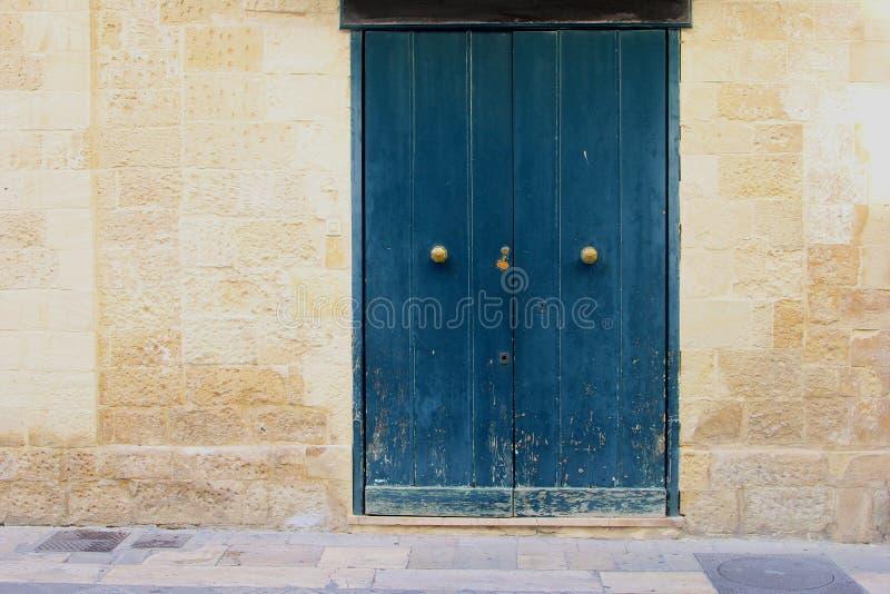 蓝色木通道门环古老大厦,莱切,意大利 免版税图库摄影