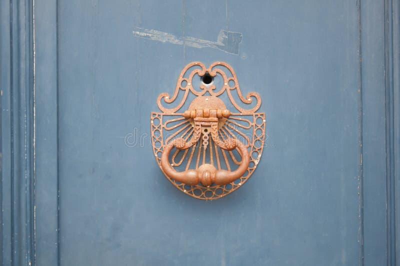 蓝色木门上的铜把手,特写 法国 免版税库存照片