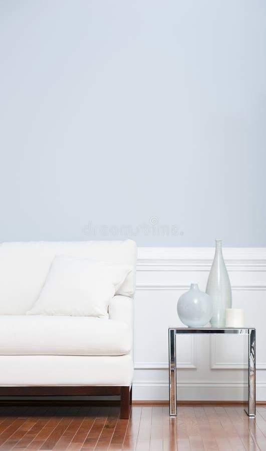 蓝色末端玻璃沙发表墙壁白色 图库摄影