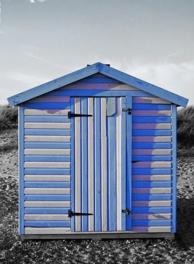 蓝色条纹的海滩小屋 库存图片
