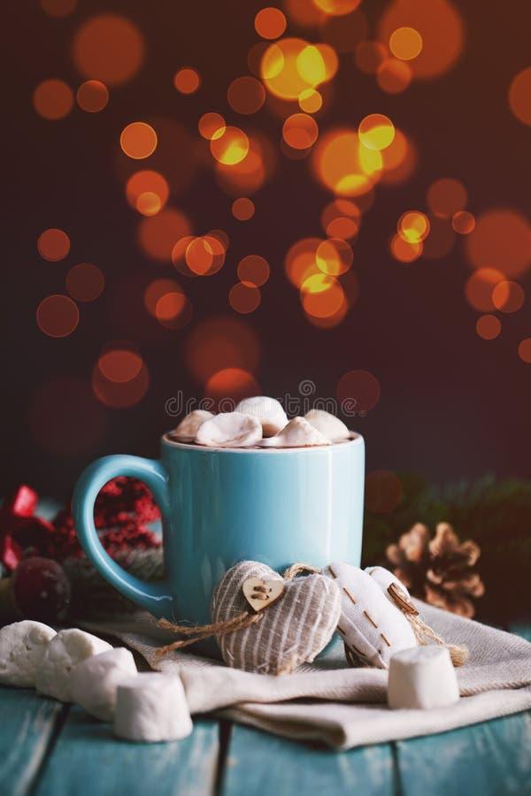 蓝色杯子用热巧克力填装了用蛋白软糖糖果 库存图片