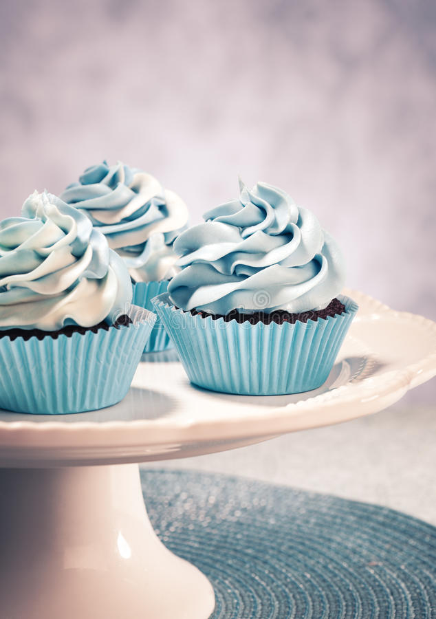 蓝色杯形蛋糕 免版税库存图片