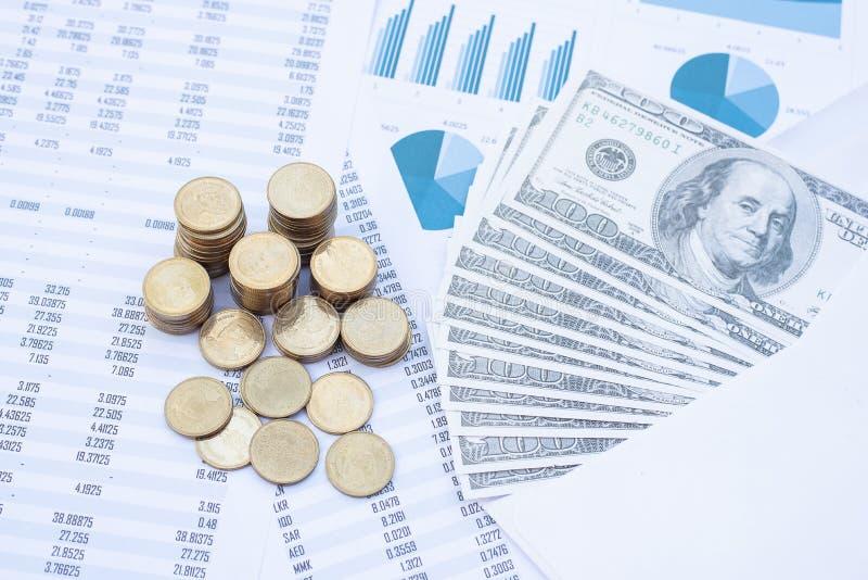 蓝色柔和图纸上的硬币和钞票叠 商业、财务、市场营销、电子商务概念和设计 免版税库存照片