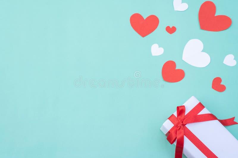 蓝色柔和背景上的红白心礼盒 情人节或婚礼的概念与设计 库存图片