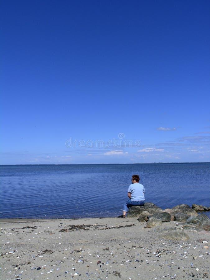 蓝色查找的海运妇女 免版税库存照片