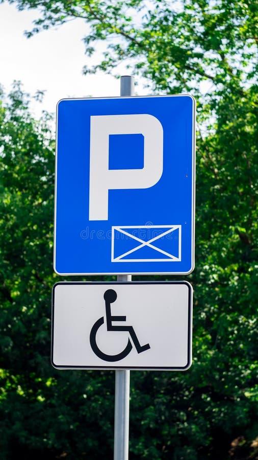 蓝色标志和白色停放的标志停车处人的以伤残 皇族释放例证