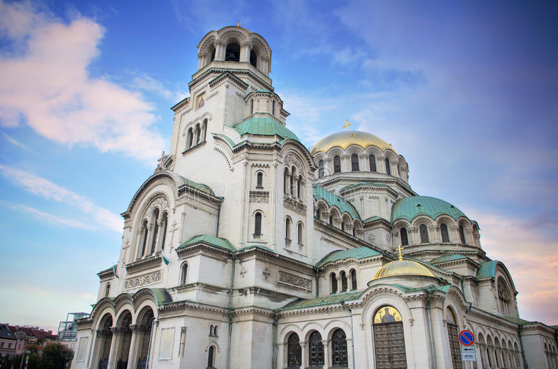 蓝色桃红色日落的亚历山大・涅夫斯基正统大教堂教会,在首都索非亚,保加利亚 免版税库存图片