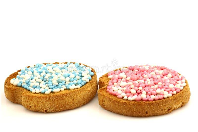 蓝色桃红色面包干洒白色 库存照片