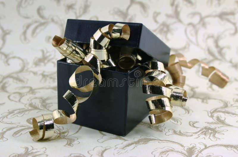 蓝色框币种礼品金盒盖 免版税库存图片