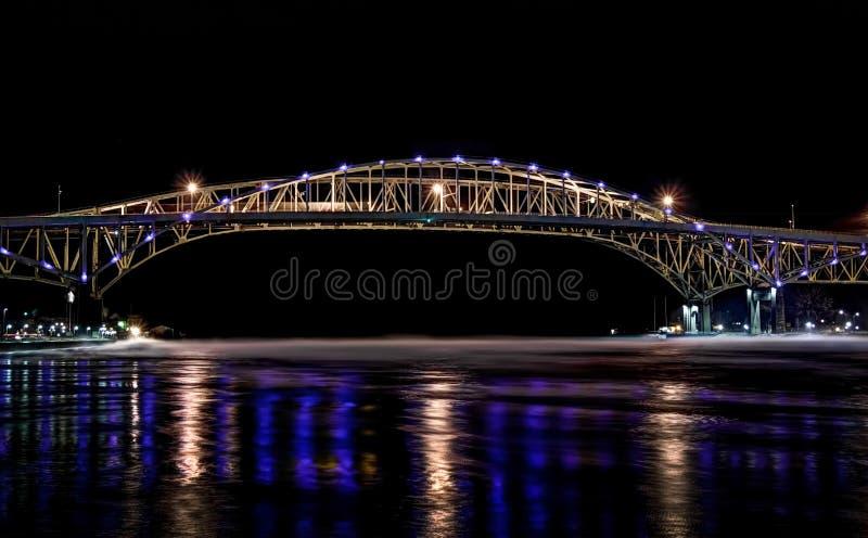 蓝色桥梁水 库存照片