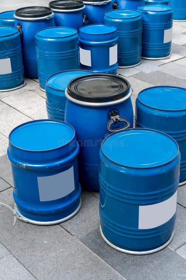 蓝色桶为桌和椅子基于  免版税库存照片