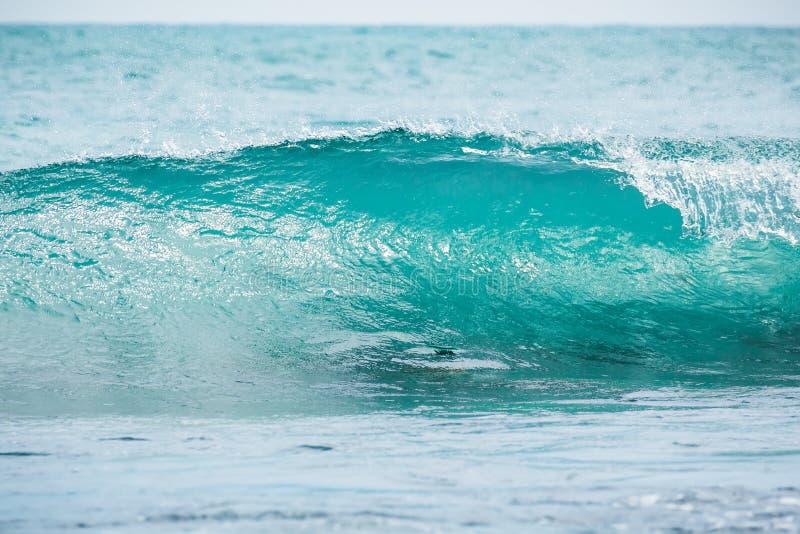 蓝色桶波浪在热带海洋 波浪碰撞和太阳光 清楚的水 免版税库存图片