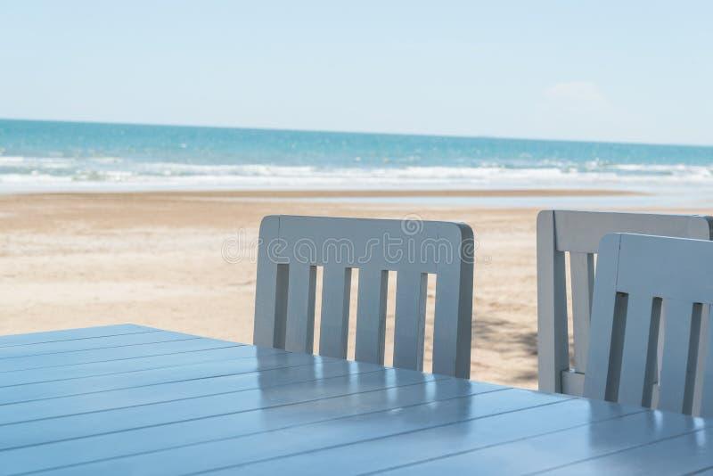 蓝色椅子和桌软的射击  库存照片