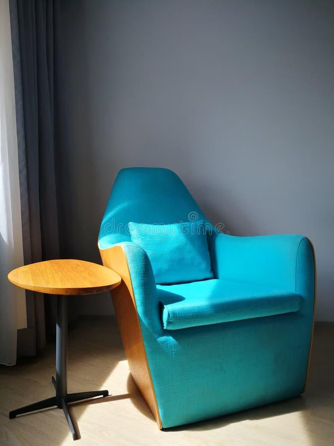 蓝色椅子在酒店房间 免版税库存照片