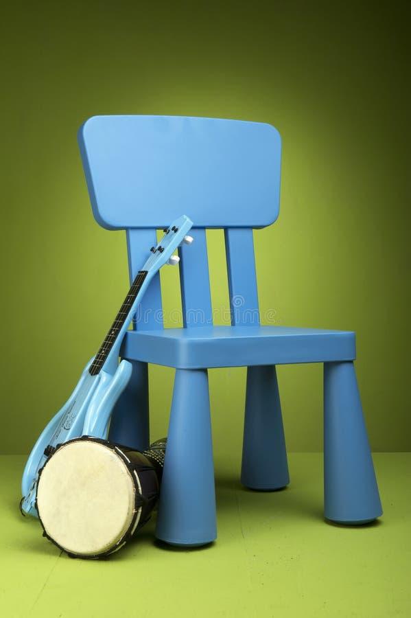 蓝色椅子孩子 免版税库存图片