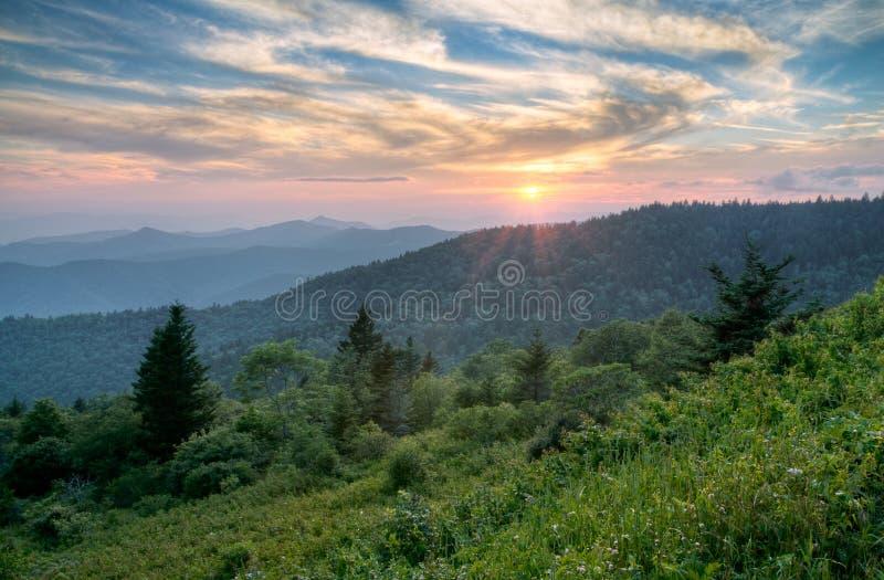 蓝色横向山土坎夏天日落 免版税图库摄影