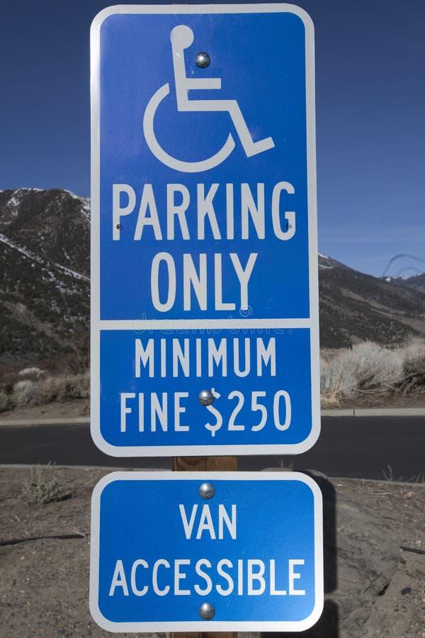 蓝色残疾停车符号 库存图片