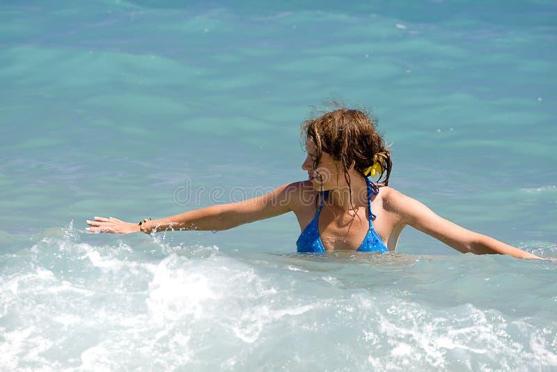 蓝色比基尼泳装的妇女 图库摄影
