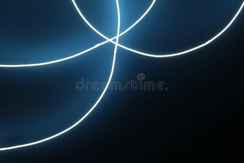 蓝色氖在黑暗的背景的ccurved光 免版税库存图片